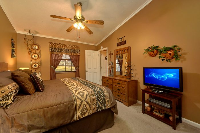 2 Bedroom Cabin with King Bedroom and Jacuzzi - Autumn Breeze