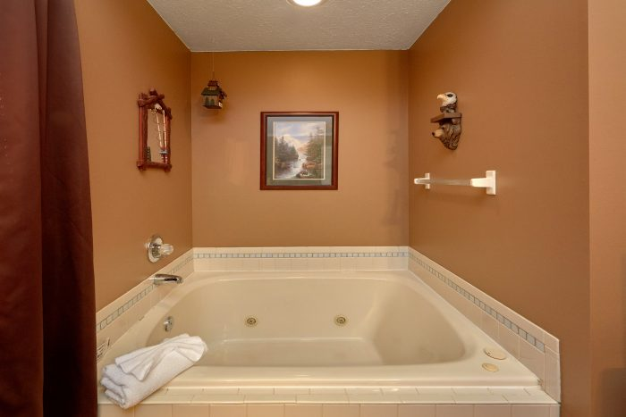 Master Bedroom with Large in room Jacuzzi - Autumn Breeze