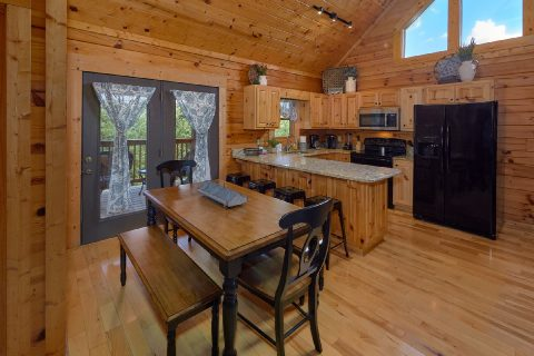 2 bedroom cabin with Kitchen and Dining room - Autumn Breeze