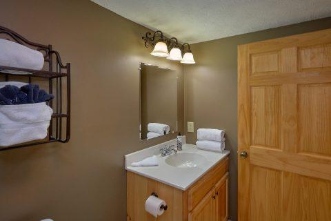 Private Master Bathroom in 2 bedroom cabin - Autumn Breeze