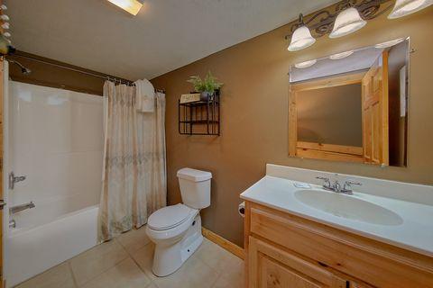 2 Private Bathrooms in 2 bedroom cabin rental - Autumn Breeze