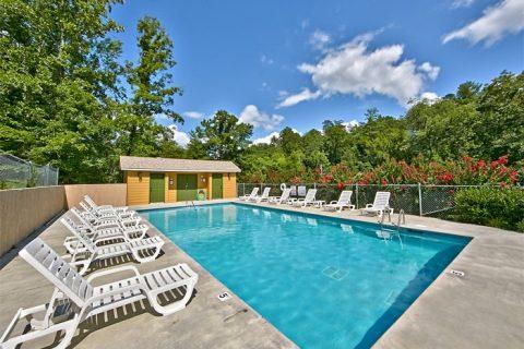 2 bedroom cabin with Resort Swimming Pool - Autumn Breeze