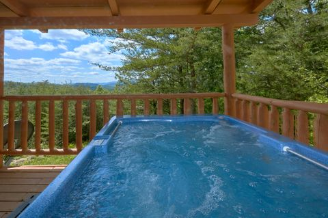 Private Hot tub at 2 bedroom cabin with Views - Autumn Run