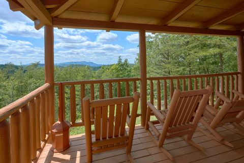 Cabin with Rocking Chair, Deck and Mountain View - Autumn Run
