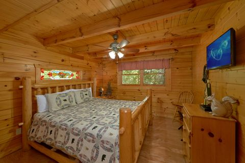 Master bedroom with King bed in 2 bedroom cabin - Autumn Run