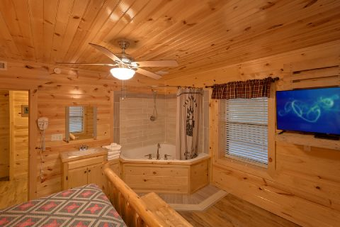 King Bedroom with Large TV and Jacuzzi - Bar Mountain