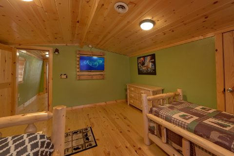 Queen and Twin Bedroom with Flatscreen TV - Bar Mountain