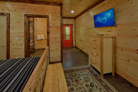 King Bedroom with Flatscreen TV - Bar Mountain II