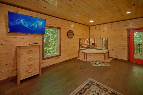 King Bedroom with Jacuzzi and Flatscreen TV - Bar Mountain II
