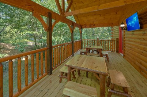 Outdoor TV with Table and Chairs - Bar Mountain II