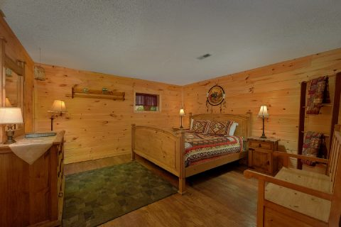 Spacious King Bedroom Sleeps 8 - Bear Cove Escape