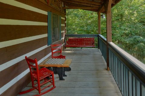 Spacious 3 Bedroom Cabin with Large Deck - Bear Cove Escape