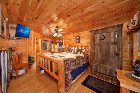 Master King Suite on Main Level - Bear Footin In The Smokies