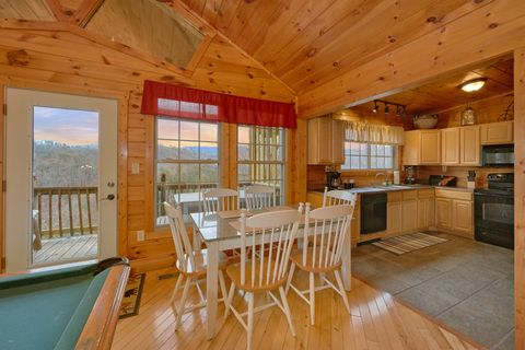 Luxurious 1 Bedroom Cabin with a Dining Table - Bear Hugs