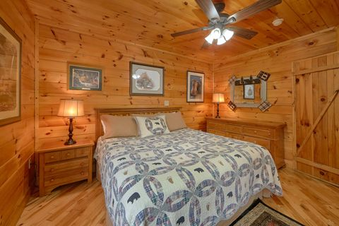 Smoky Mountain Cabin with Main Floor Bedroom - Bear Hugs