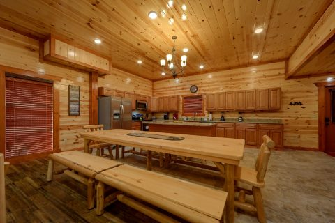 Spacious 6 Bedroom Cabin Sleeps 20 - Bear Paddle Lodge