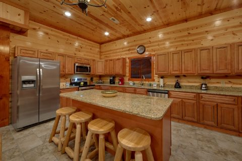 Luxurious 6 Bedroom 6 1/2 Bath cabin Sleeps 20 - Bear Paddle Lodge