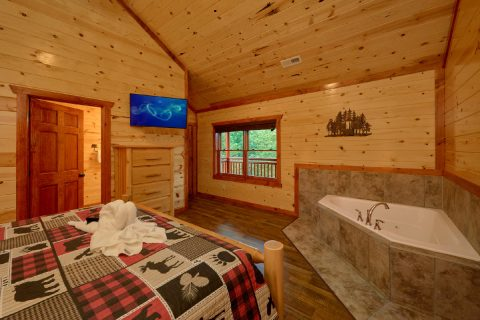 Large Master Bedroom with King Bed and Jacuzzi - Bear Paddle Lodge