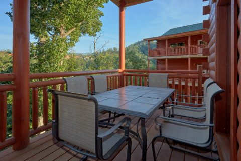 Outdoor Seating 6 Bedroom Cabin Sleeps 20 - Bear Paddle Lodge