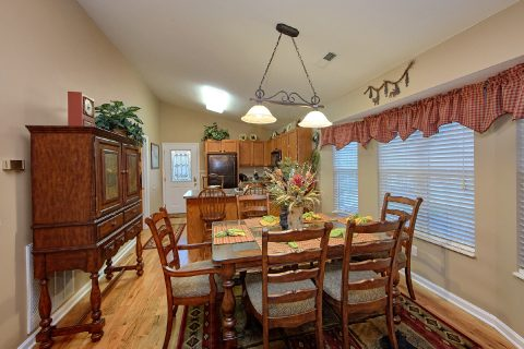 2 Bedroom Cabin with a Dining Room Table - Bear Paw Chalet