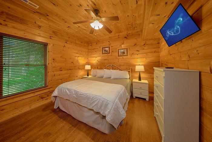 King Bed in Cabin - Bear Shack