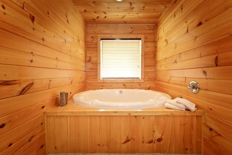 Premium Indoor Jacuzzi in a 1 Bedroom Cabin - Bear Tracks
