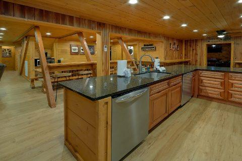 Spacious 12 Bedroom Cabin Sleeps 47 - Bearadise Lodge