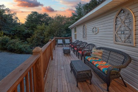 3 Bedroom Cabin close to Pigeon Forge Sleeps 8 - Bearfoot Bungalow