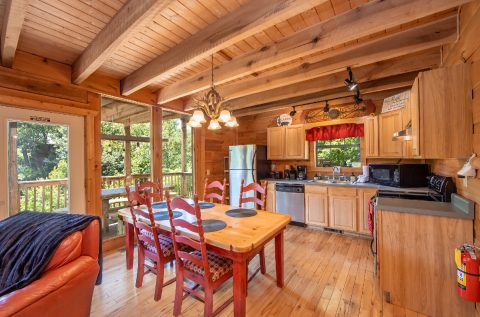 Spacious 3 Bedroom Cabin with Dining Table - bearHAVEN