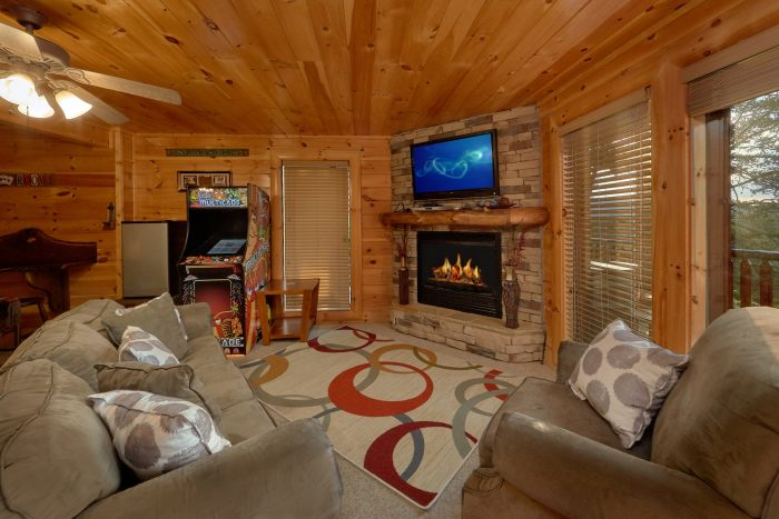Luxury Cabin with Game Room and Fireplace - Bearly Rustic