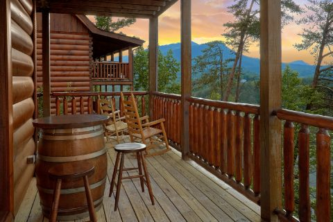 Luxury Cabin with Large Deck and Rocking Chairs - Bearly Rustic