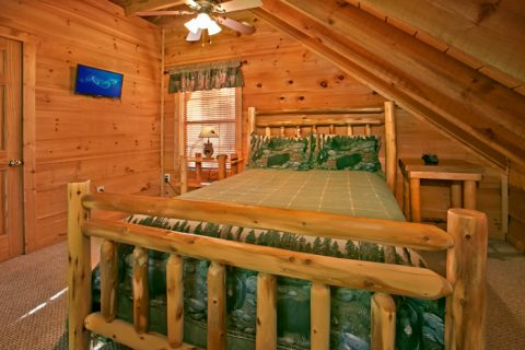 Gatlinburg Cabin with Queen Bed in Loft - Bear-rif-ic