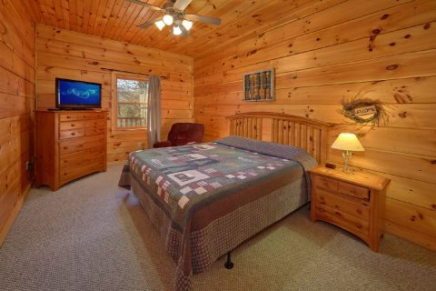 King Bedroom with Flatscreen TV - Bears and Beyond