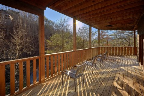 Spacious 2 Bedroom Cabin with Outdoor Seating - Bears and Beyond