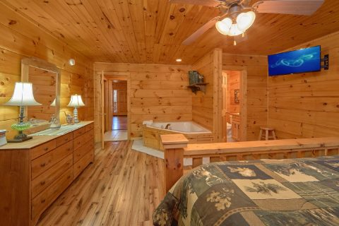King Bedroom with Jacuzzi and Flatscreen TV - Bear's Lair