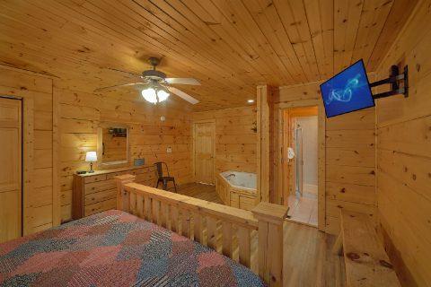 King Bedroom with Flatscreen TV Sleeps 6 - Bear's Lair