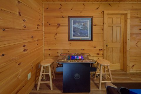 Private 2 Bedroom Cabin with Arcade Game & Wi-Fi - Bear's Lair