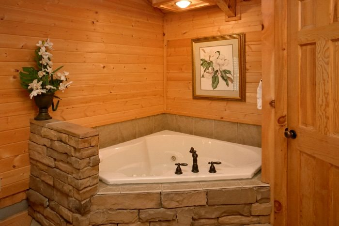 Cozy Cabin with an indoor Jacuzzi & Master Suite - Bearway To Heaven