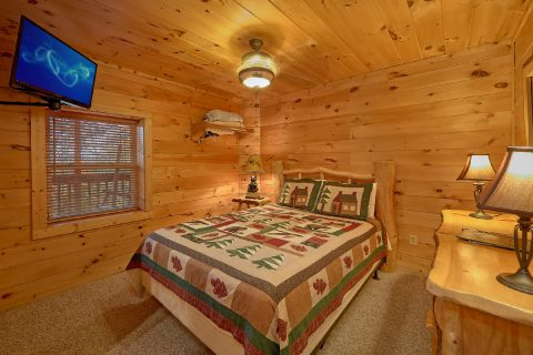 Queen Bedroom with Flatscreen TV Sleeps 12 - Big Bear Lodge