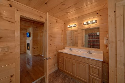 5 Bedroom Cabin with Master Bath Room - Big Mack Lodge