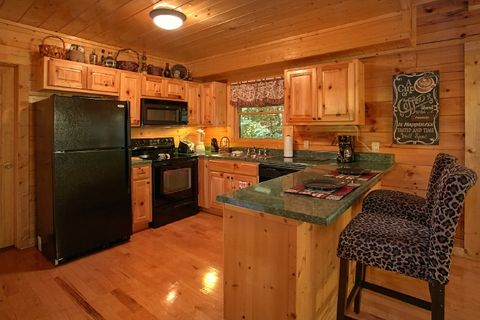2 Bedroom Pigeon Forge Cabin with Full Kitchen - Blackberry Inn