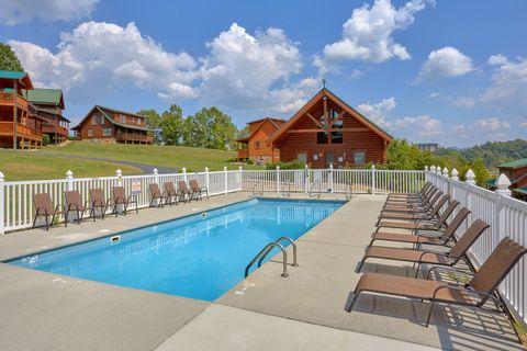 Cabin with Resort Pool Access - Blackberry Inn