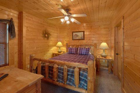 Queen Bedroom Sleeps 10 - Blue Sky
