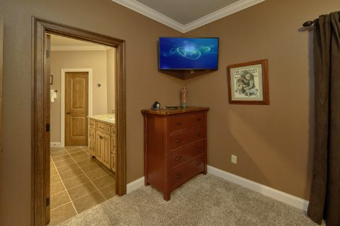 Queen Bedroom with Private Bath and TV - Bluff Mountain Lodge