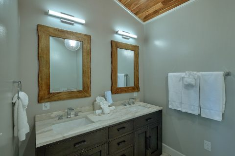 Luxurious Master Bath in 11 bedroom cabin - Bluff Mountain Lodge