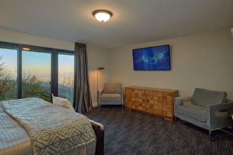Master bedroom with TV and mountain views - Bluff Mountain Lodge