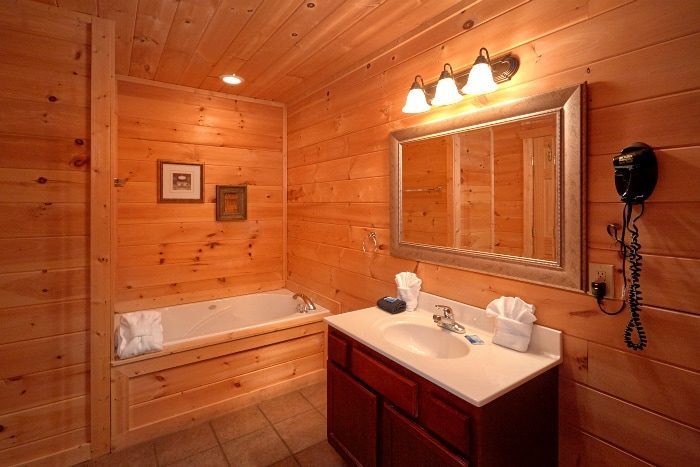 Spacious Cabin with 5 Private Bathrooms - Breathtaker