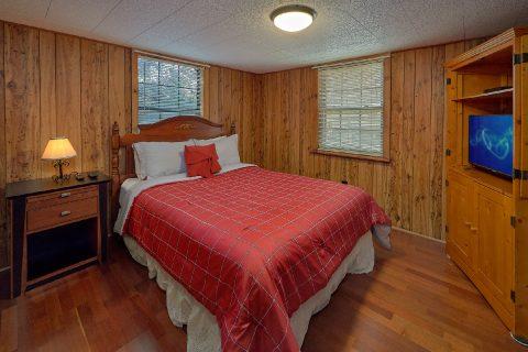 Queen Bedroom with Flatscreen TV Sleeps 4 - Byrd Nest