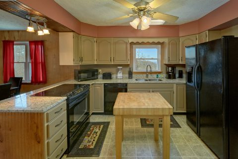 Pigeon FOrge 5 Bedroom Cabin Spacious Kitchen - Casa Blanca