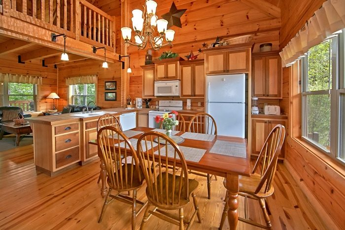 Cabin with spacious kitchen and dining area - Catch A Star